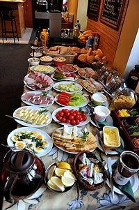 Le petit déjeuner à la slovaque, pour partir du bon pied en randonnée...une véritable institution.
