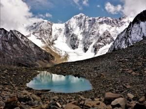 Ein kleiner Gletschersee spiegelt den riesigen Gletscher