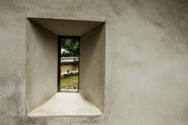 A small window in a defensive castle wall in Himeji