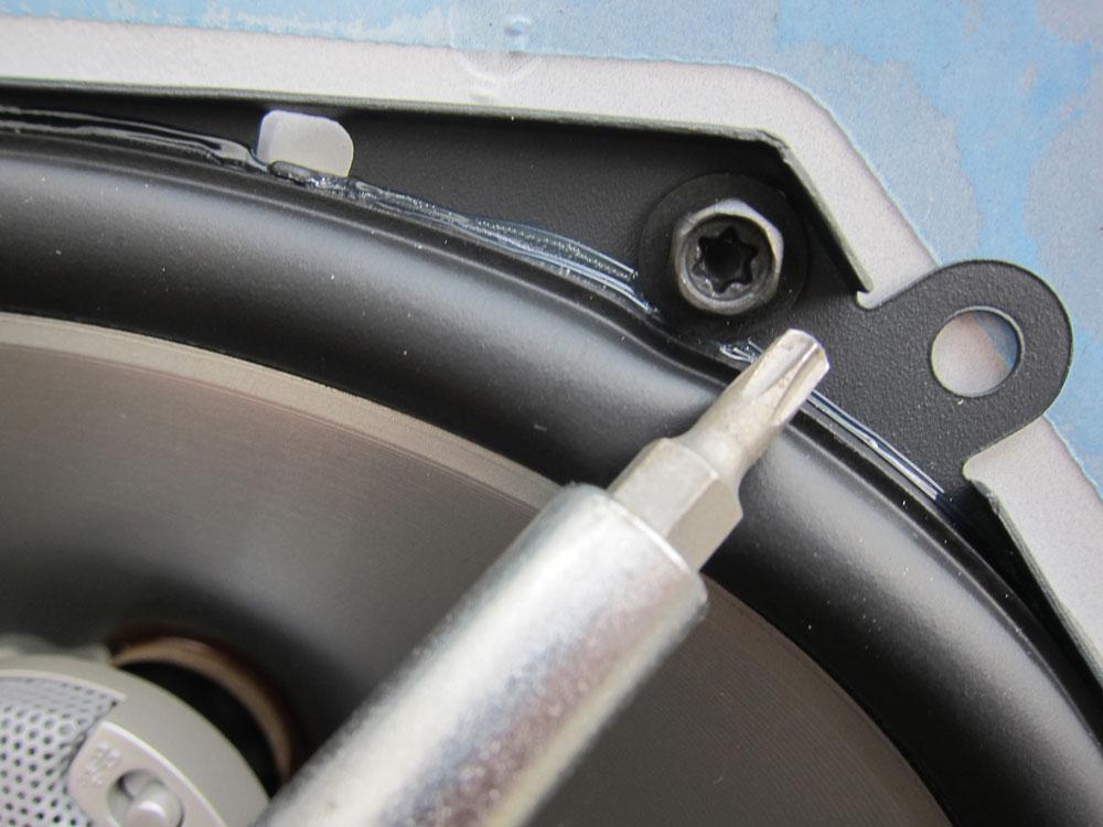The speaker is held on with 4x T20 Torx screws.