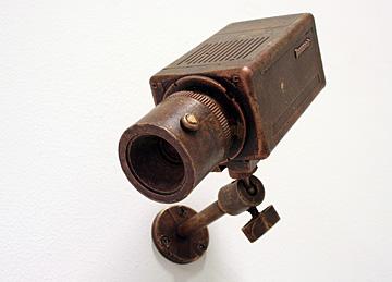 Niels Post bronzen bewakingscamera