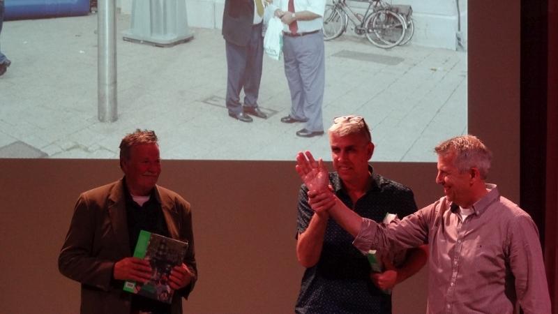 8 De eerste exemplaren werden uitgereikt aan Bas van Leeuwen en Theo Laport, beiden verantwoordelijk voor de beelden in de stad DSC00692