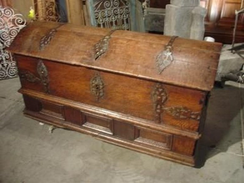 Ideas To Decorate Your House With Vintage Chests And Trunks 09