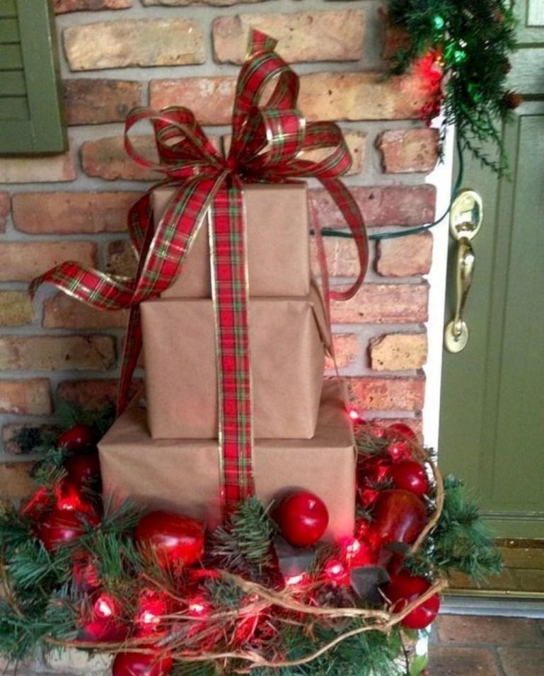 Inspiring Farmhouse Christmas Porch Decoration Ideas 42