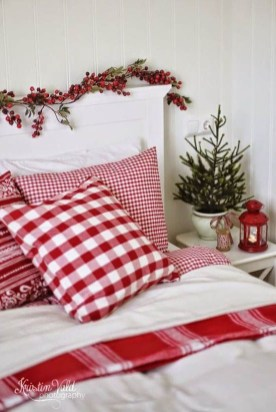 Lovely Red And Green Christmas Home Decor Ideas 27