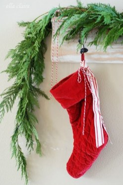 Lovely Red And Green Christmas Home Decor Ideas 37
