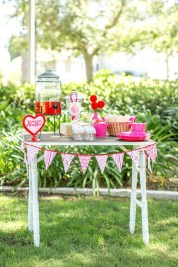 Unique Outdoor Valentine Decor Ideas 46