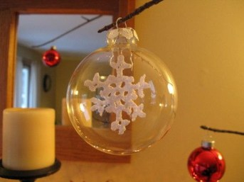 Best Home Decoration Ideas With Snowflakes And Baubles 17
