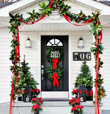 Adorable Front Door Christmas Decoration Ideas That Trend This Year 28