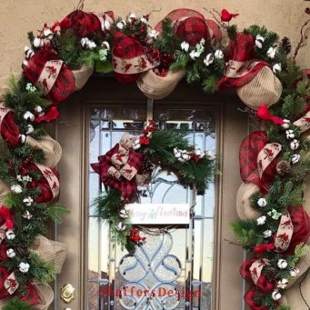 Adorable Front Door Christmas Decoration Ideas That Trend This Year 33