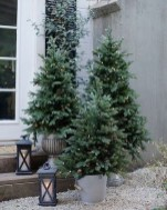 Adorable Front Door Christmas Decoration Ideas That Trend This Year 35