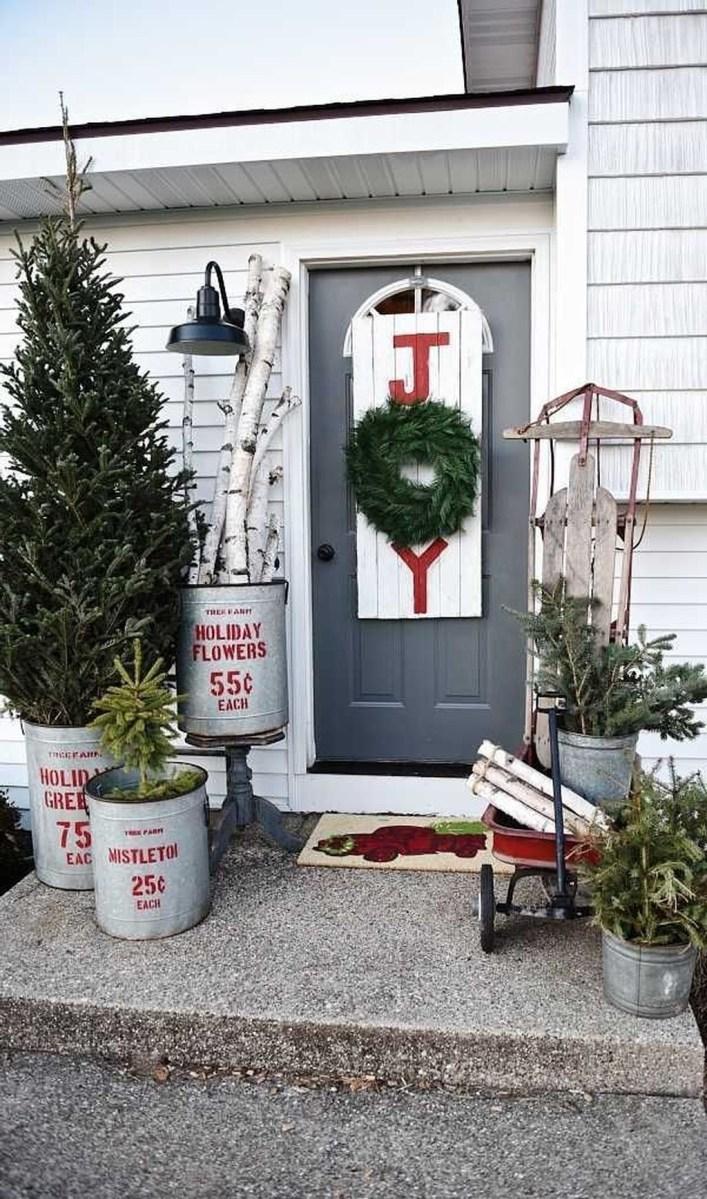 Awesome Christmas Farmhouse Porch Décor Ideas 12