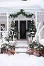 Awesome Christmas Farmhouse Porch Décor Ideas 13