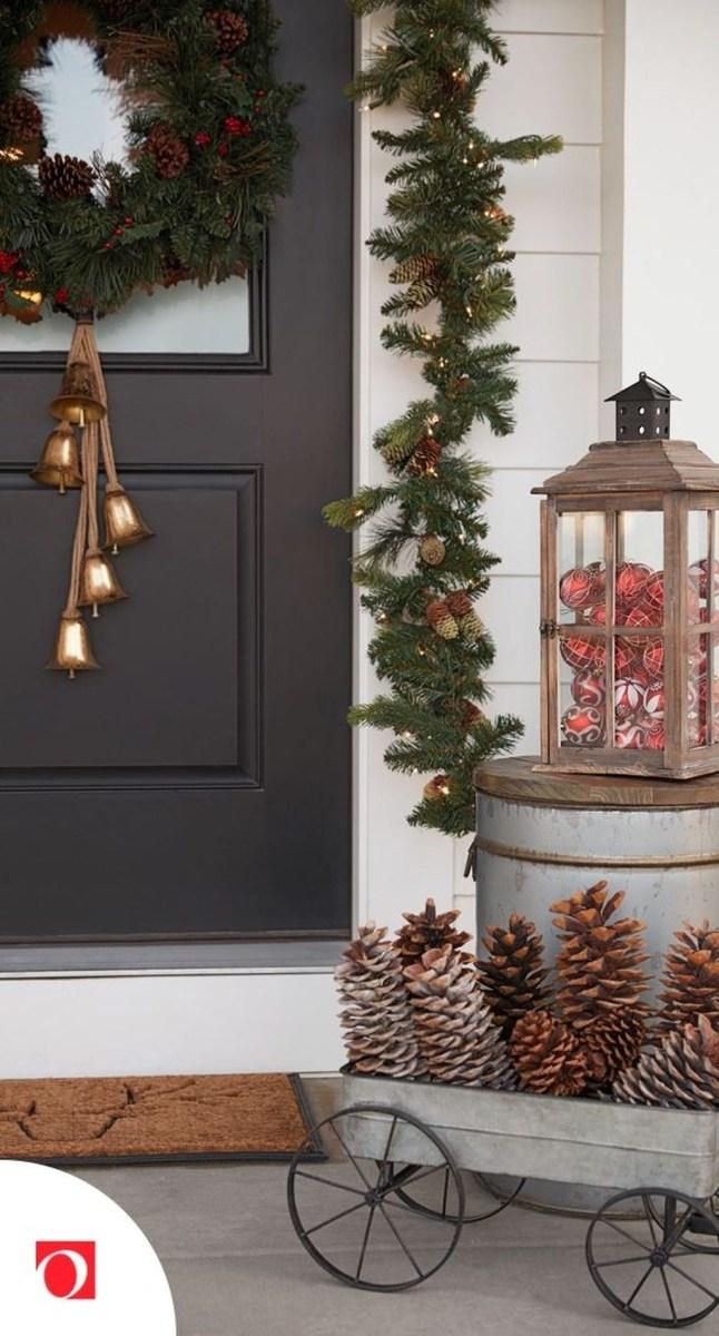 Awesome Christmas Farmhouse Porch Décor Ideas 15