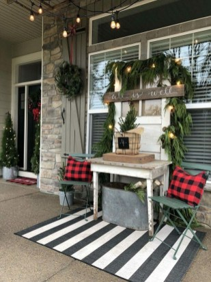 Awesome Christmas Farmhouse Porch Décor Ideas 16