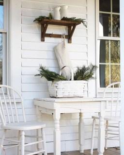 Awesome Christmas Farmhouse Porch Décor Ideas 22
