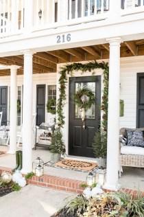 Awesome Christmas Farmhouse Porch Décor Ideas 28