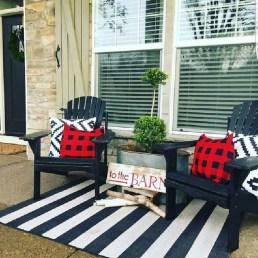 Awesome Christmas Farmhouse Porch Décor Ideas 44