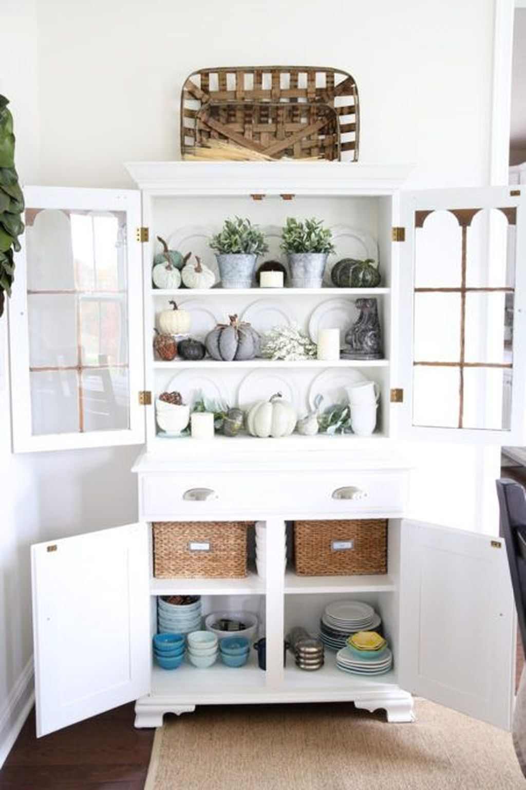 Gorgeous Dining Room Hutch Décor Ideas29