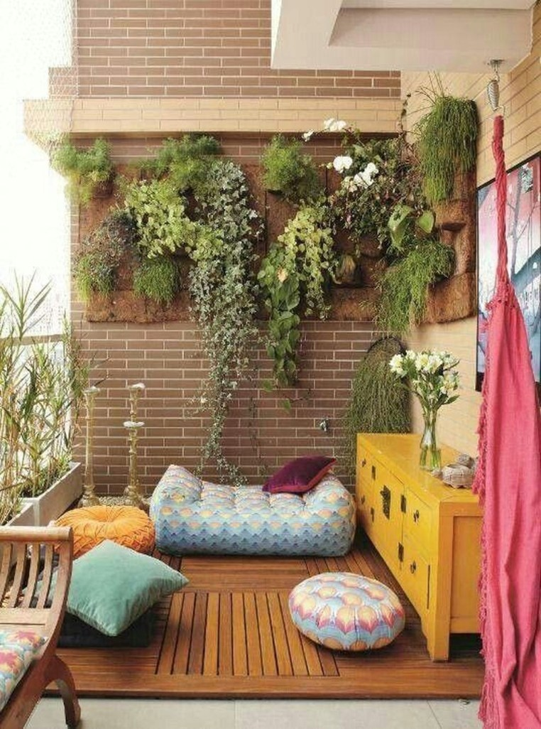 Creative And Simple Fall Balcony Décor Ideas For Small Apartment31