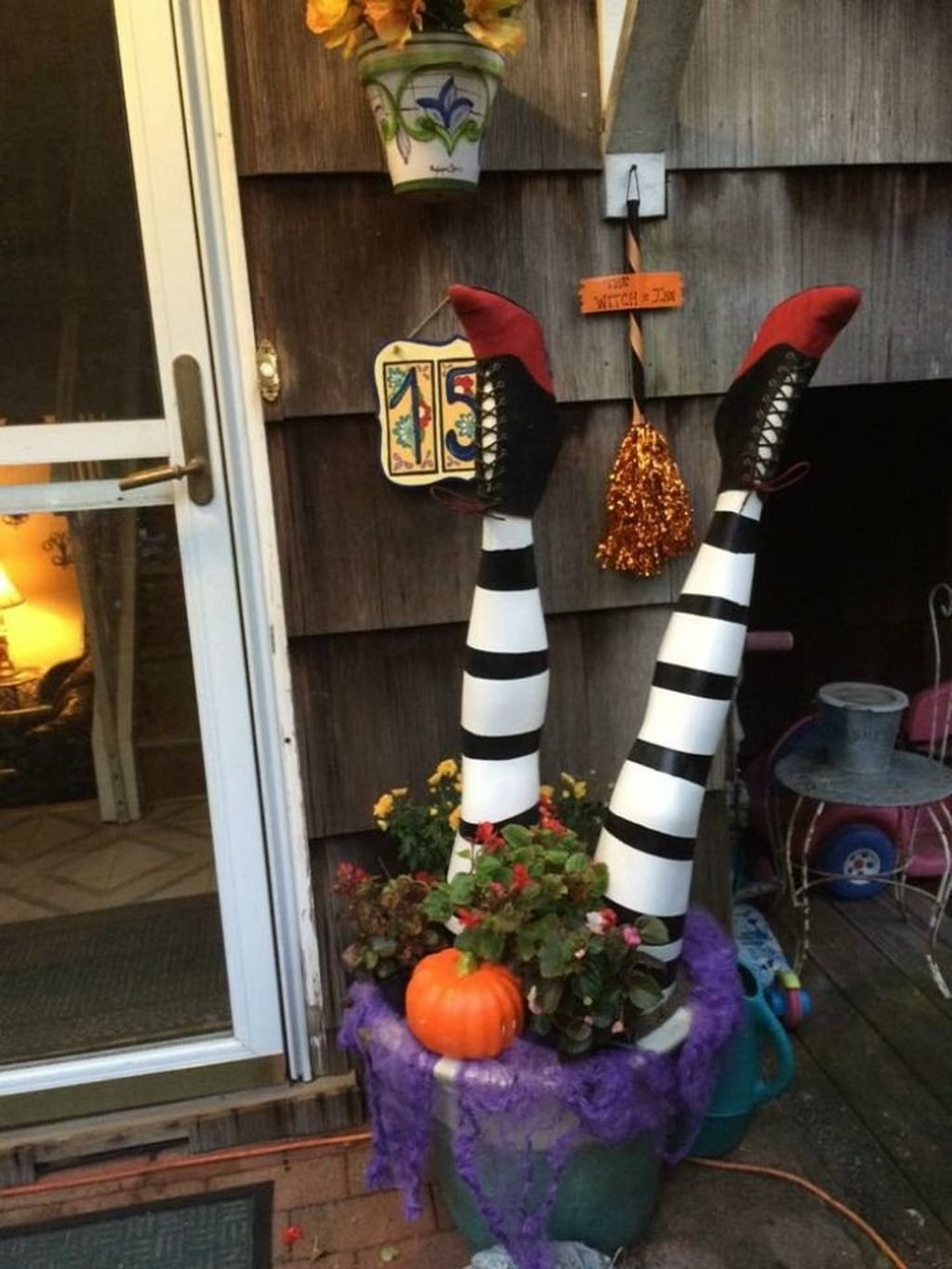 Stylish Wicked Halloween Porch Decorating Ideas On A Budget37