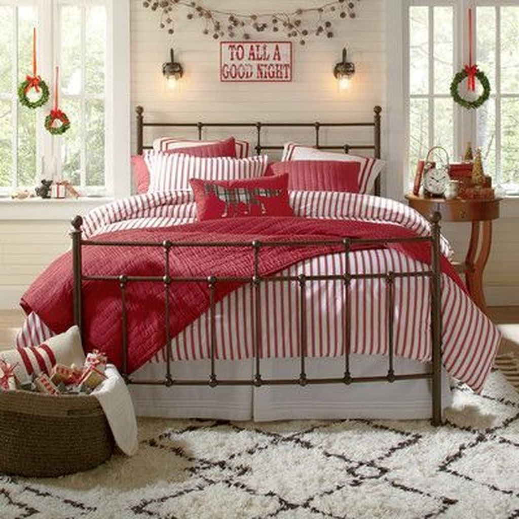 Minimalist Farmhouse Christmas Bedroom Decoration Ideas04