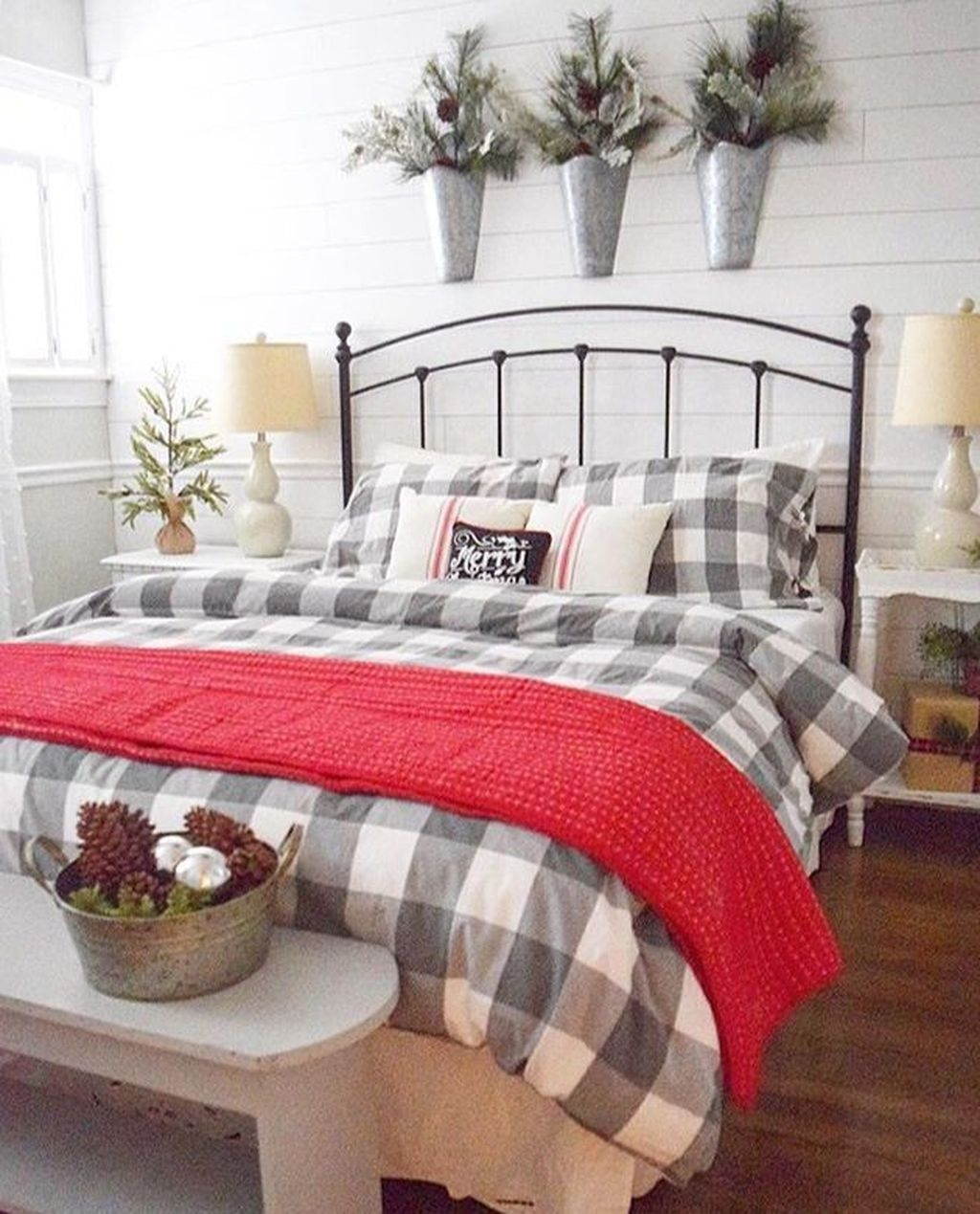 Minimalist Farmhouse Christmas Bedroom Decoration Ideas16