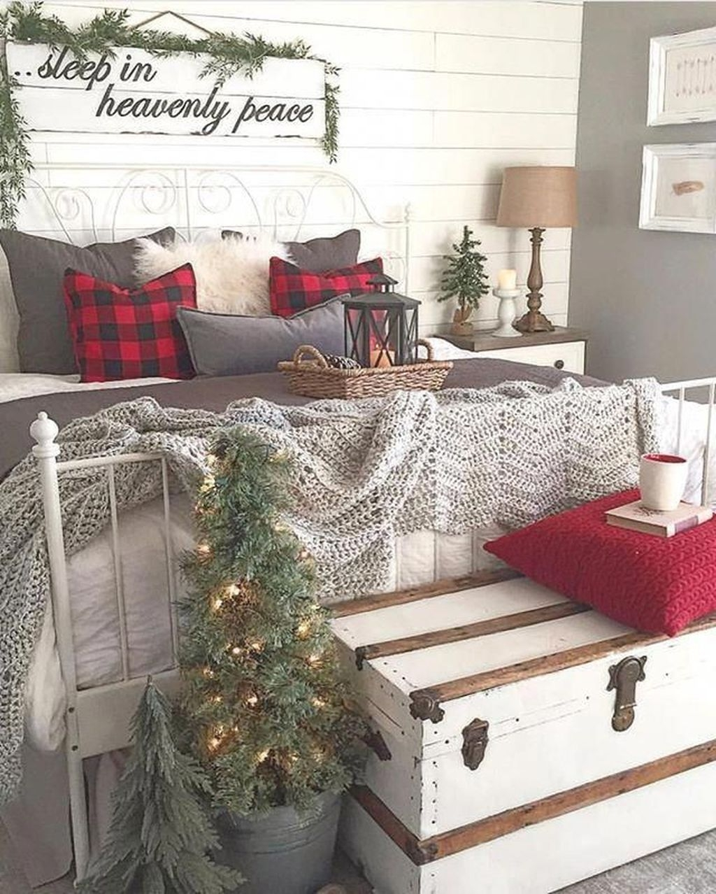 Minimalist Farmhouse Christmas Bedroom Decoration Ideas19