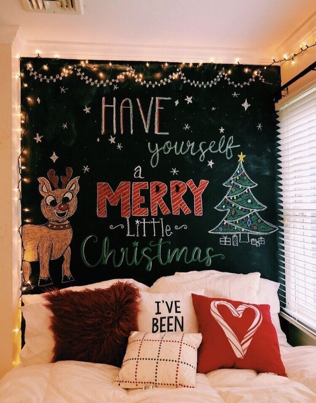 Perfect Christmas Bedroom Decorating Ideas26