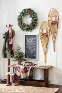 Stunning Farmhouse Christmas Entryway Design Ideas13