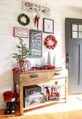Stunning Farmhouse Christmas Entryway Design Ideas18