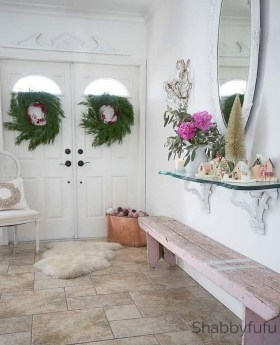 Stunning Farmhouse Christmas Entryway Design Ideas25