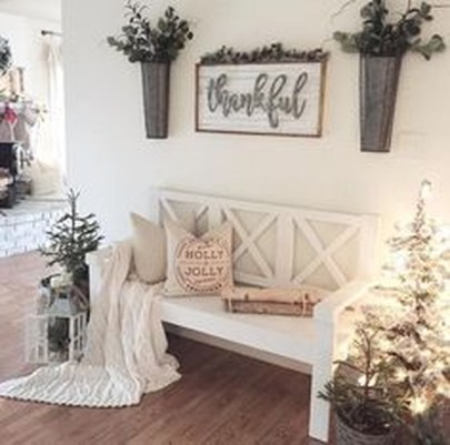 Stunning Farmhouse Christmas Entryway Design Ideas33