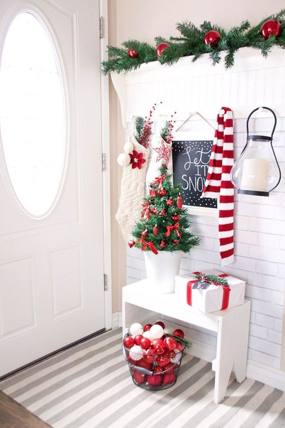 Stunning Farmhouse Christmas Entryway Design Ideas48