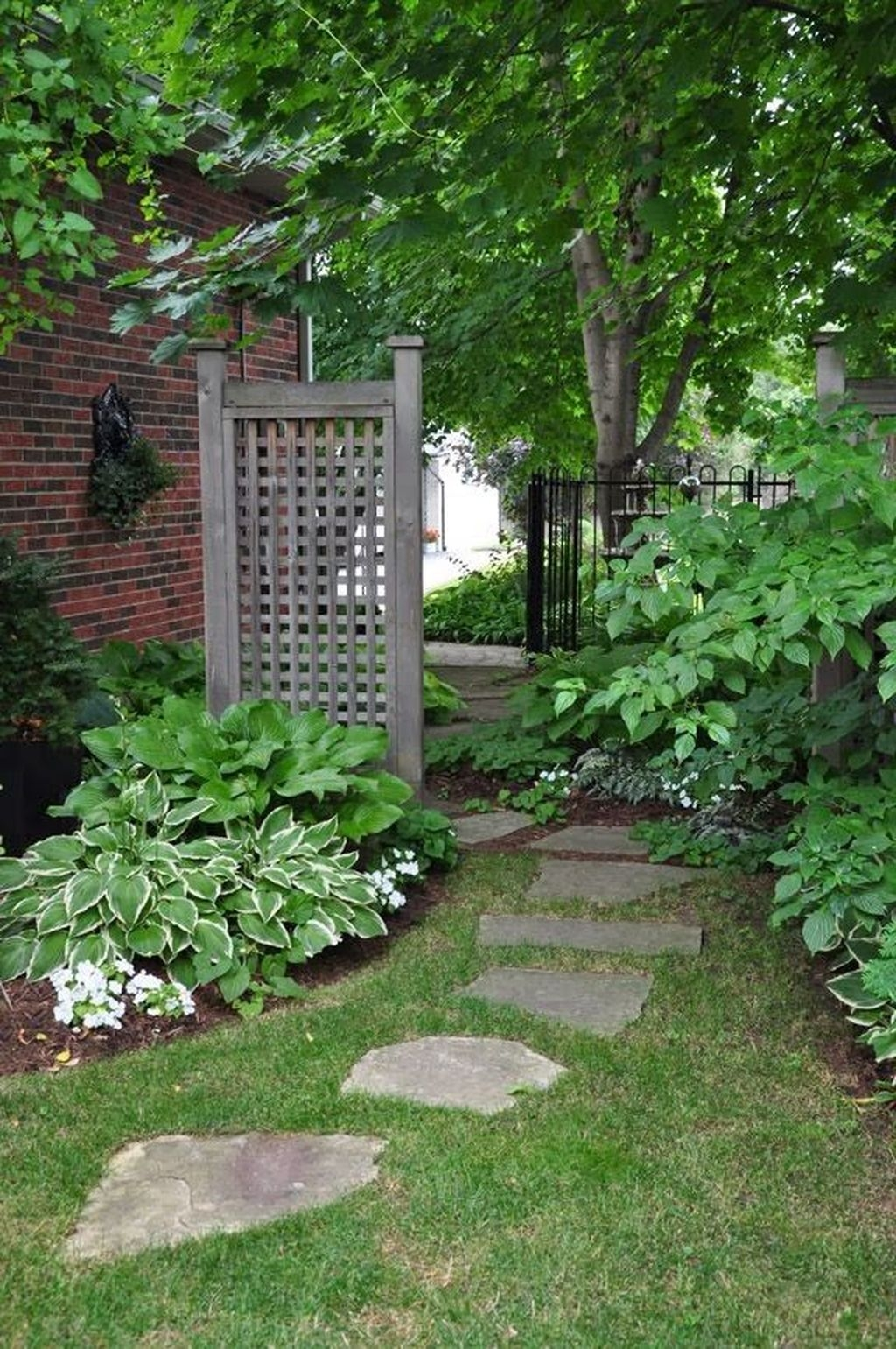 Inspiring Stepping Stone Pathway Decor Ideas For Your Garden06