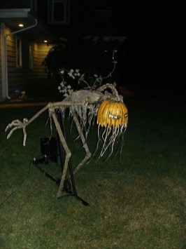 Amazing Outdoor Halloween Decorations Ideas For This Year10
