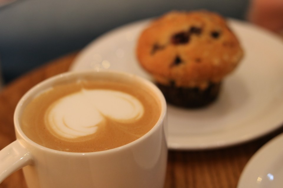 Starbucks Amsterdam latte koffie en blueberry muffin