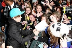 Bieber+fans+cause+mayhem+streets+London+eagerly+ytvBRcMM0gxl