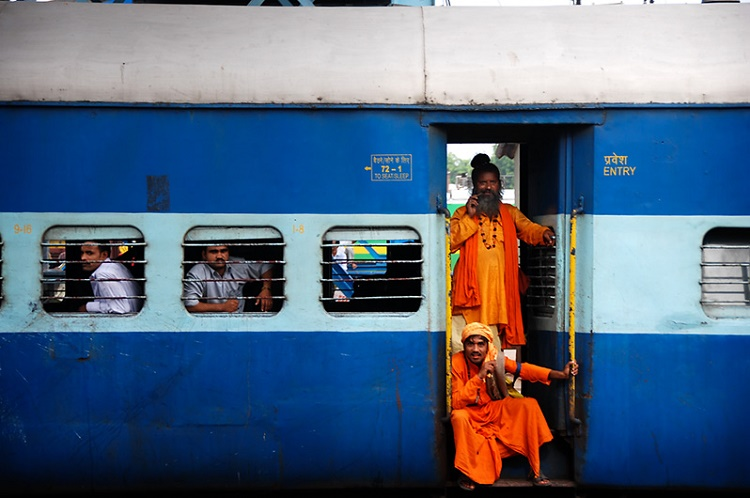 The girl who was ejected from the toilet to the tracks from a moving train