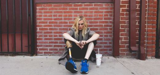 A tampon made this model lose her leg, but not her spirit