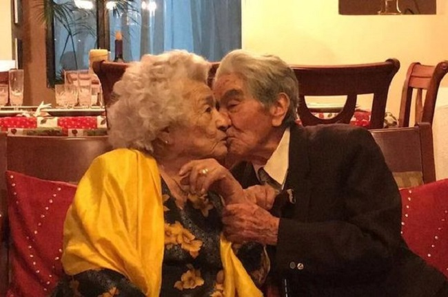 Oldest couple kissing