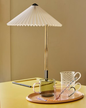 Matin Table Lamp white_Ellipse Tray Beige_Borosilicate Cup pink with grey handle (1)