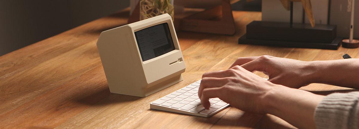 套上另類手機底座。iPhone秒速變成迷你中古Apple Macintosh! - TRENDSFOLIO