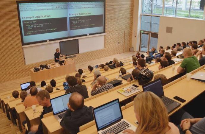 GOTO-taler Matias Niemelä holdte intime AngularJS-præsentationer for studerende