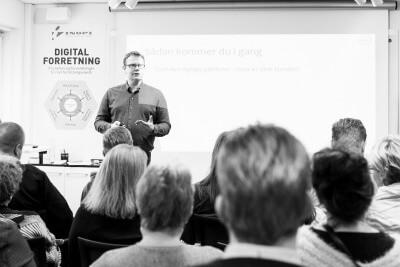 """Martin Bengaard er udover at være selvstændig også underviser i a-kassen Dana. Dana er en a-kasse udelukkende til selvstændige, og Martin Bengaard underviser om markedsføring: """"Iværksætterne skal rustes til den online branche, når de skal ud og være selvstændige,"""" siger han."""