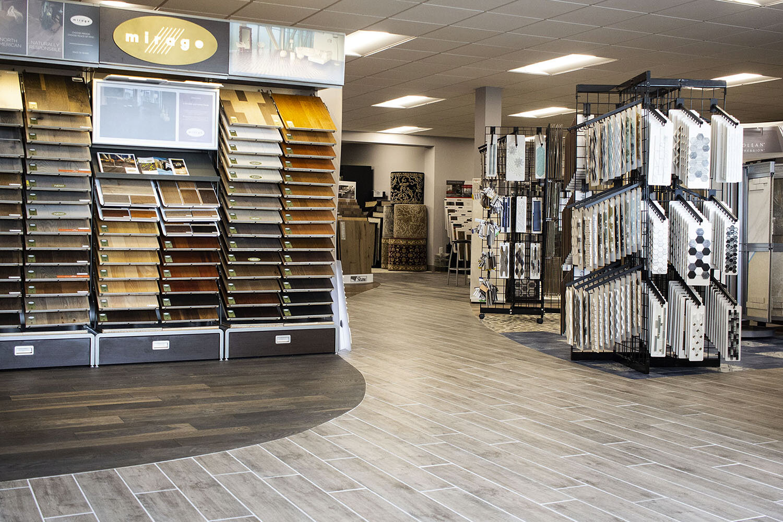 Vinyl flooring vs hardwood flooring ( what you should buy at the flooring store )