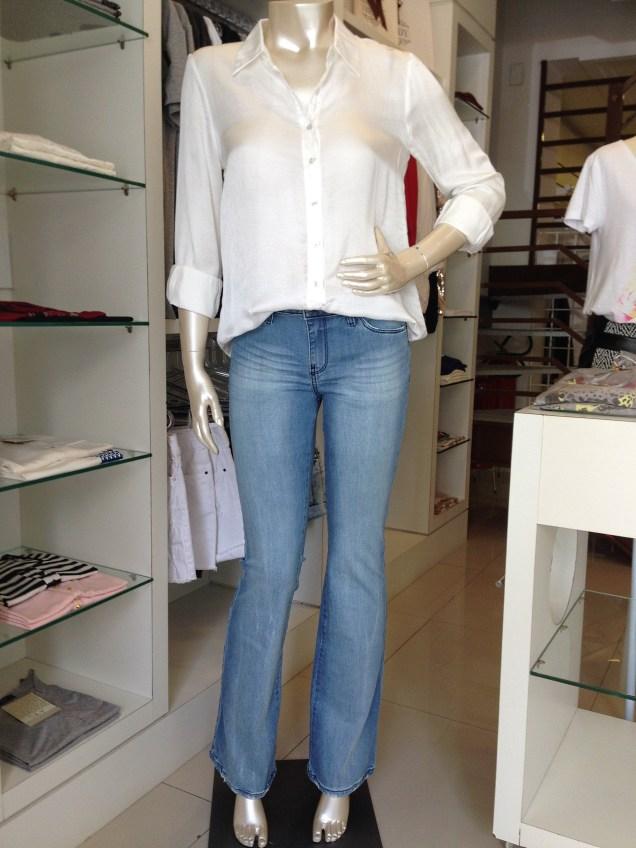 Trendy Store_flare Jeanseria lavagem clara