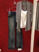 Trendy Store_Casaco de renda, blusa combinação e jeans flare