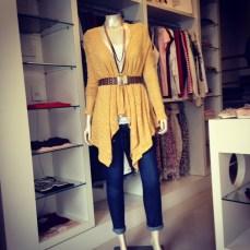 Trendy Store_Casaco mostarda, cinto elastico e jeans destroyed