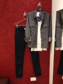 Camisa jeans e skinny jeans de lavagem escura - a combinação jeans com jeans, super moderna